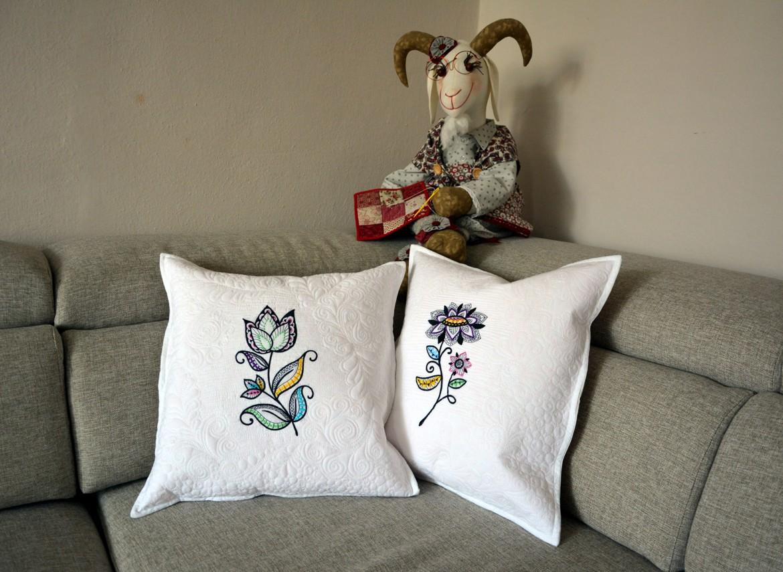 Elegantní bílé dekorační polštáře. Nově na našem e-shopu